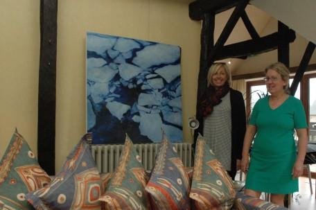 Kunstenares Inge en gastvrouw Patricia bij het schilderij Smelt
